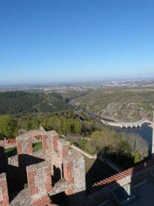 Vue du donjon, tour carrée crénelée et barrage de Grangent