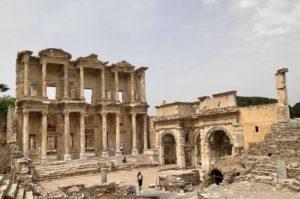 La bibliothèque de Celsus et les portes de Mazeus et de Mithridate
