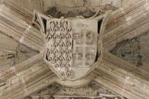 Cinquième travée, blason Anjou-Sicile parti de Jérusalem.
