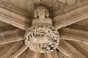 Clef de l'abside, l'agneau et tête de Charles II