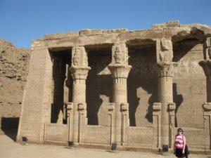 Le mammisi construit par Ptolémée IX (116-107 av. J.-C.), situé à l'avant du pylône du temple