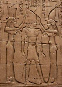Ptolémée VI Phimétor sacré roi des deux pays par Ouadjet et Nekhbet, respectivement déesses tutélaires du Nord et du Sud.