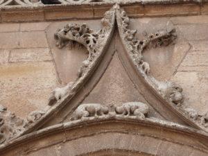 Sculpture sur façade latérale droite