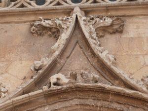 Sculpture sur façade latérale gauche