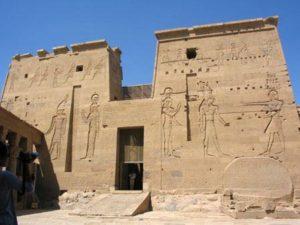 Sur la partie droite du 1er pylône Hathor, Horus et Isis