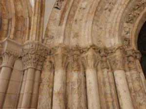 Colonnes et chapiteaux du porche d'entrée