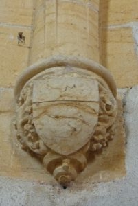 Cour du prieur, chapiteaux décorés de la chapelle