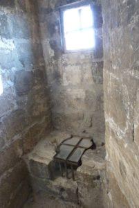 Le préau des prisonniers-latrines